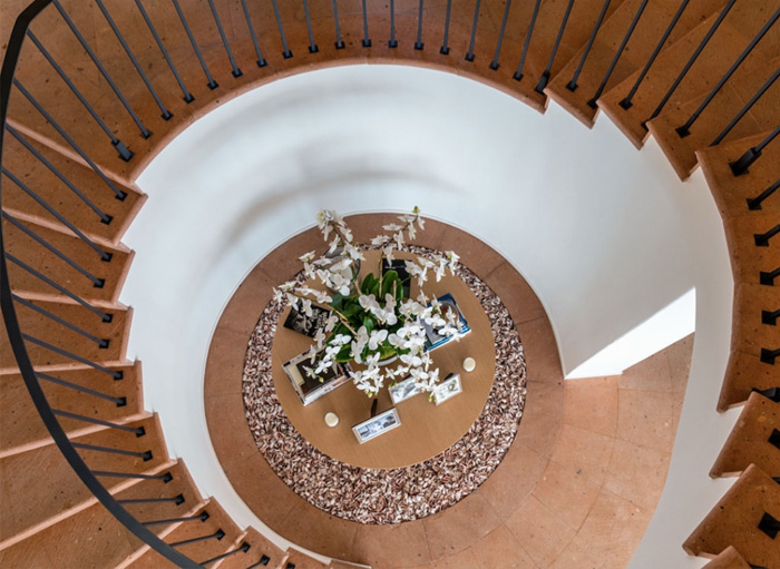 Cindy-Crawford-Sells-Home-stairs