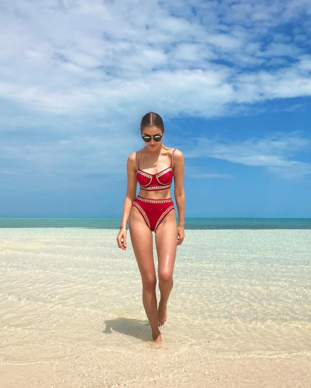 Instagram-Worthy Beach Poses to Copy From Celebrities this Summer