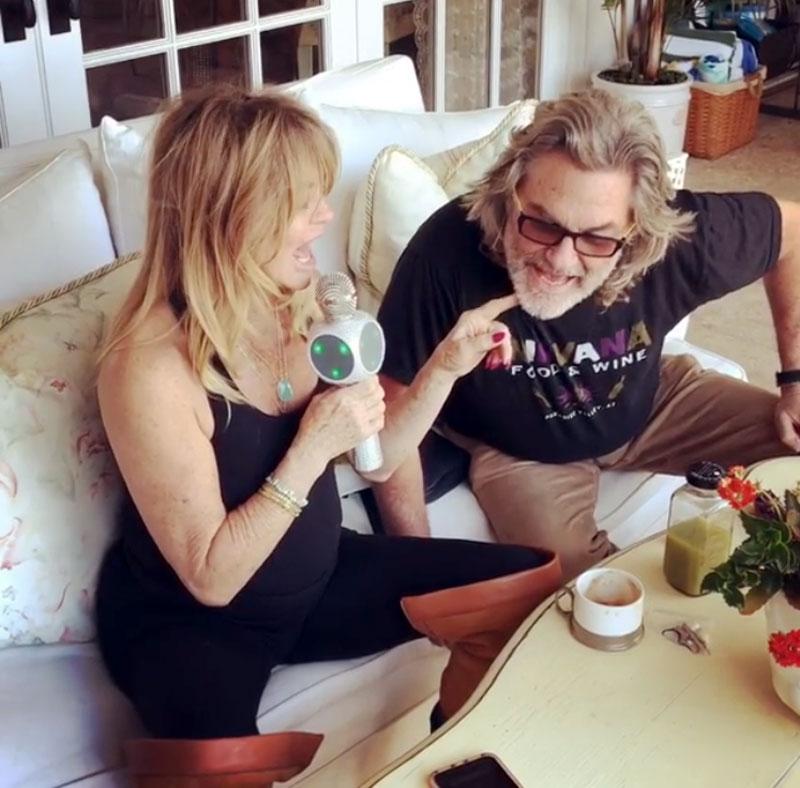 Kurt Russell and Goldie Hawn karaoke duet